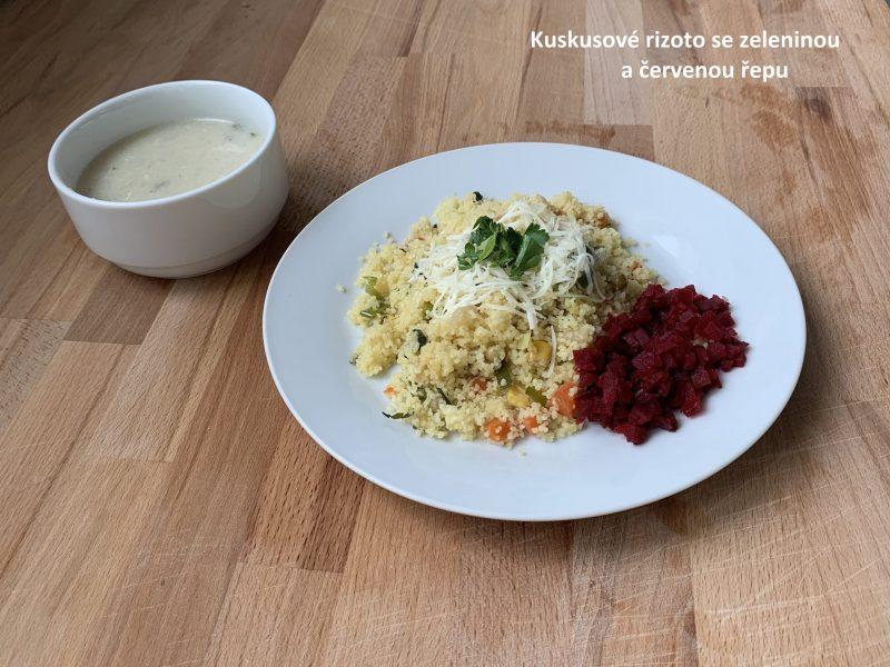 Kuskusové rizoto se zeleninou, sypané sýrem a červenou řepou