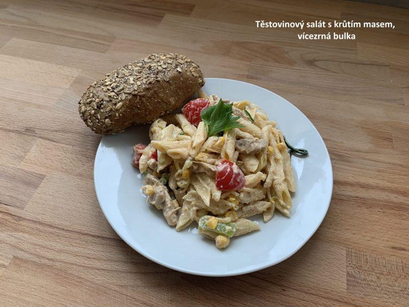 Těstovinový salát s krůtím masem, vícezrnná bulka